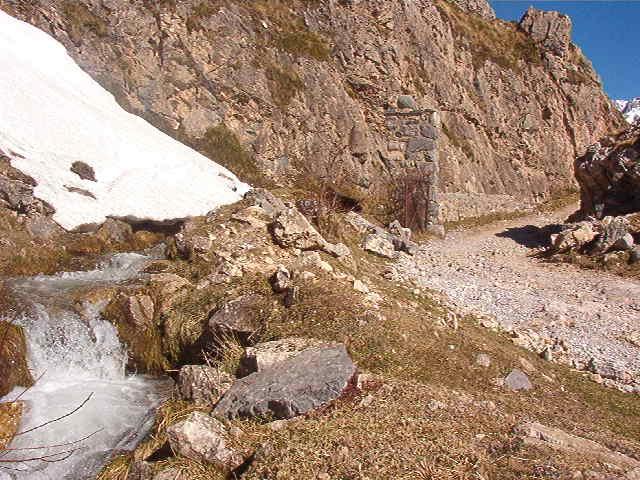 El Nevandi, a su salida de Áliva. Foto de http://www.porpicos.com/ruta.4.htm. Pulse para verlo más grande